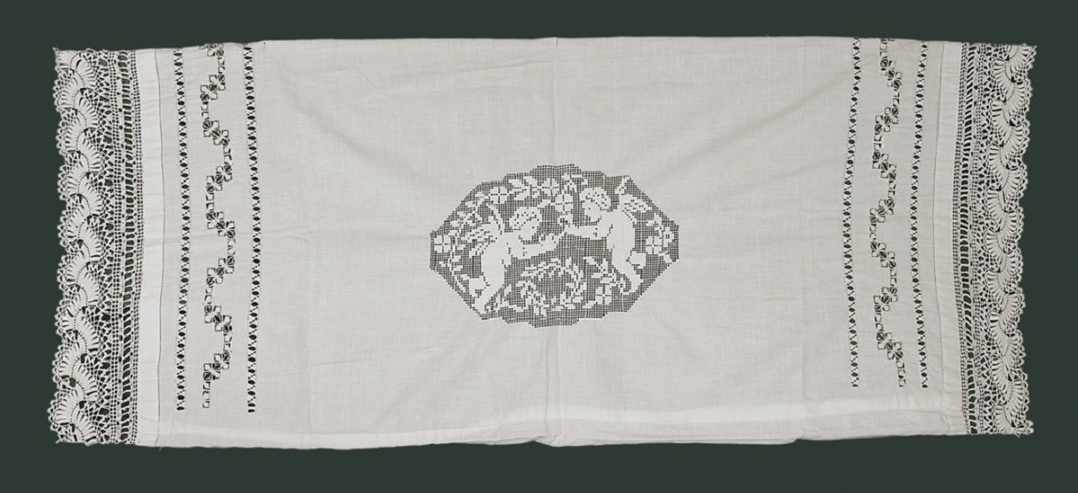Image 2: pillowcase with two angles in the middle