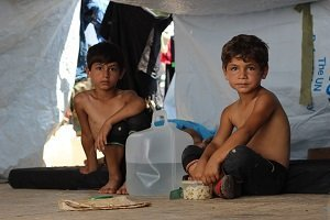 Boys displaced from ongoing conflict shelter under makeshift tents on the Muhalak highway. Photo: UNICEF/UN027713/Al-Issa
